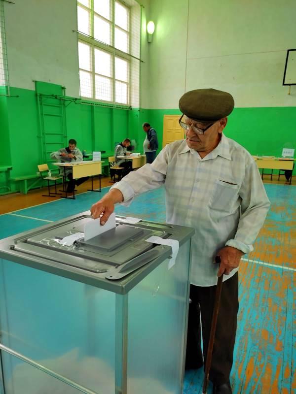 Самый пожилой житель селения Зубутли-Миатли  Магомедали Халумбеков  пришел на выборы